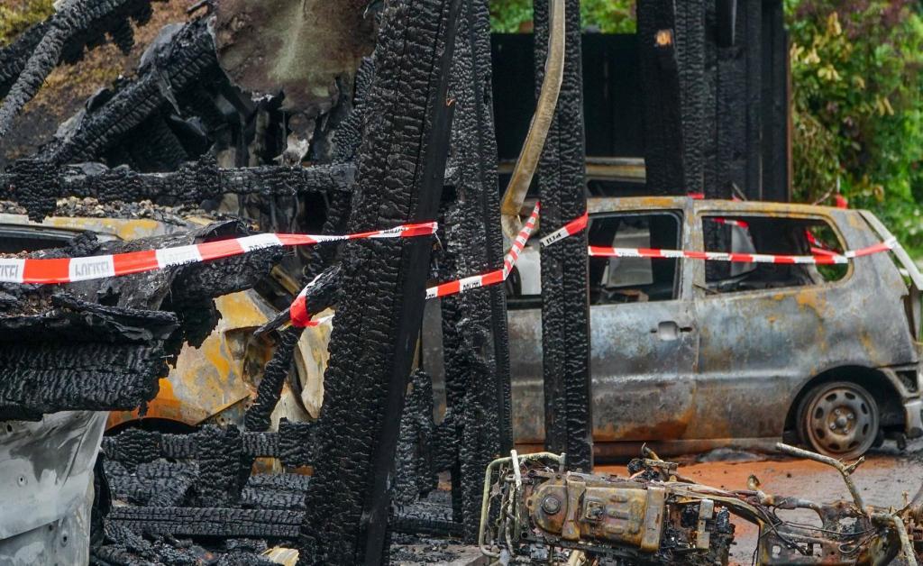 Großalarm In Lurup Sechs Autos In Carport Abgebrannt  Mopode Facade Example in Metal Carport Elephant